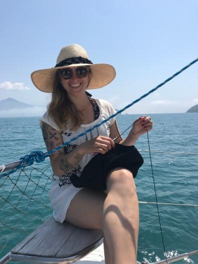 Anne crochetando no barco